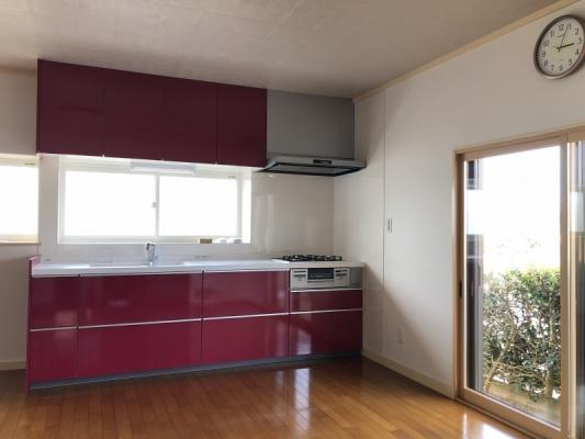 カシスカラーが映える開放的なキッチン